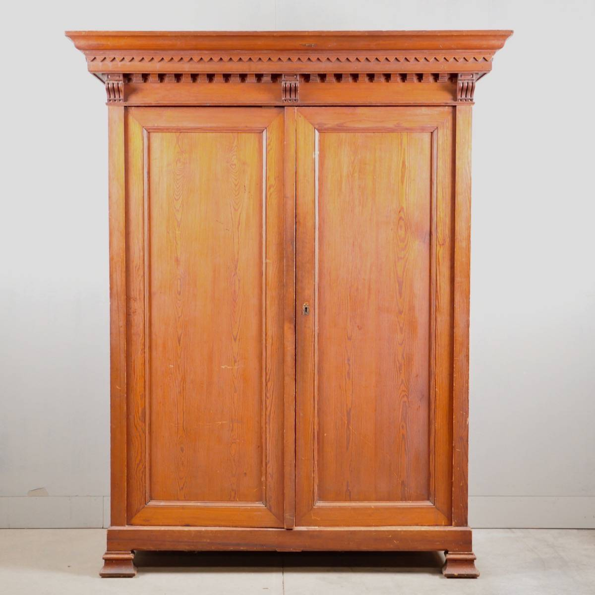 Plain flemish armoire de grande antique furniture for Armoire de cuisine style antique