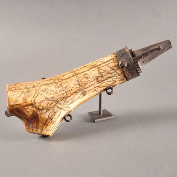Pressed horn powder flask | De Grande early objects