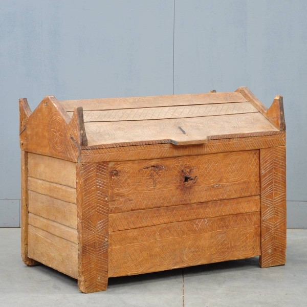 Antique Swiss farmers coffer | De Grande Antique Furniture